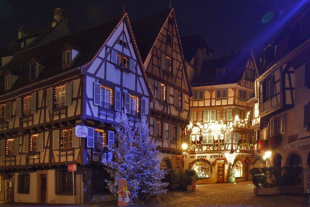 Maisons à colombages illuminées dans la rue des Marchands