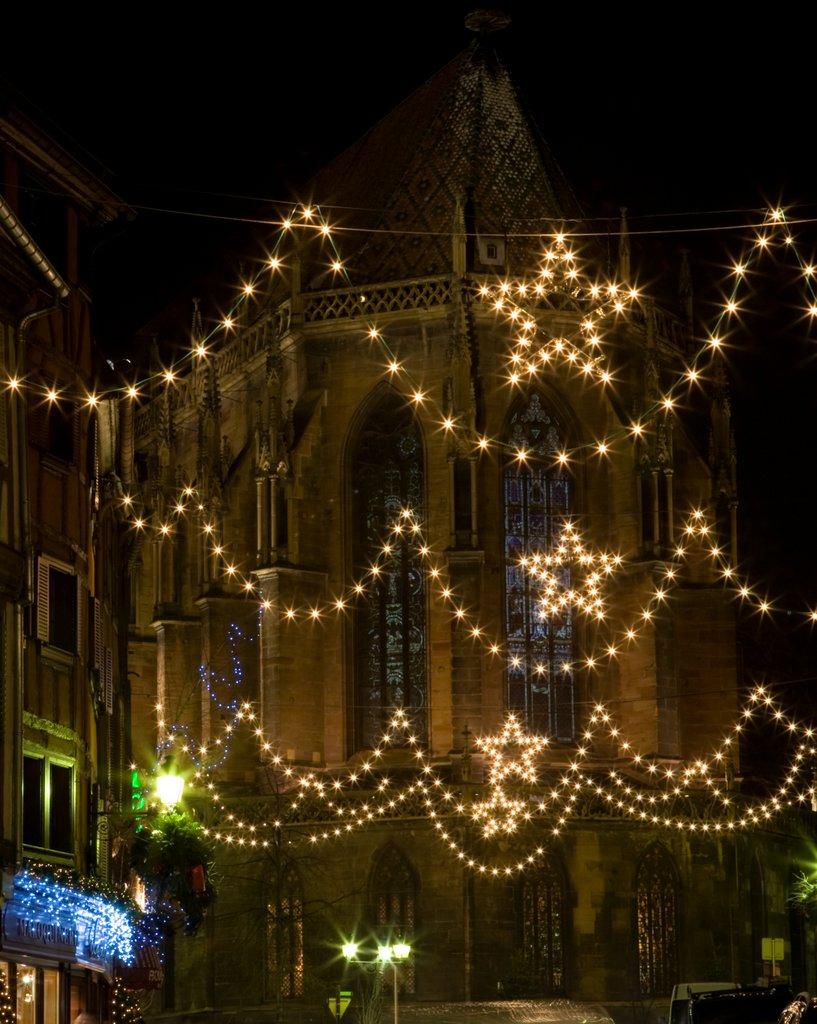 Rue de l'église illuminée