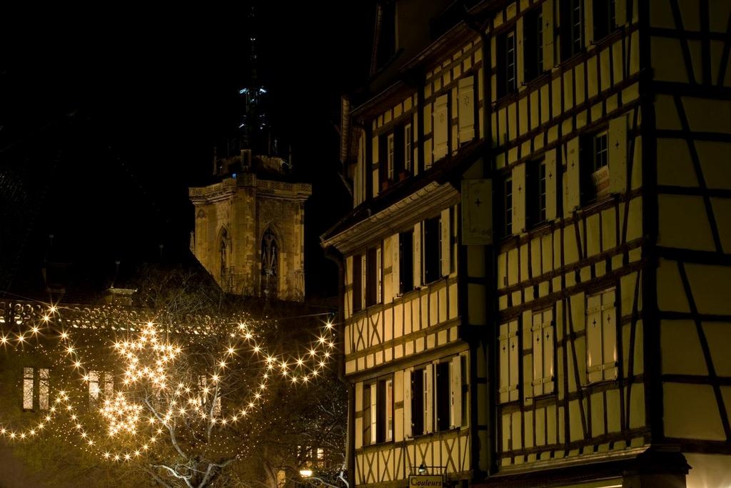 Illuminations dans le quartier des Tanneurs, avec la collégiale Saint-Martin en arrière-plan