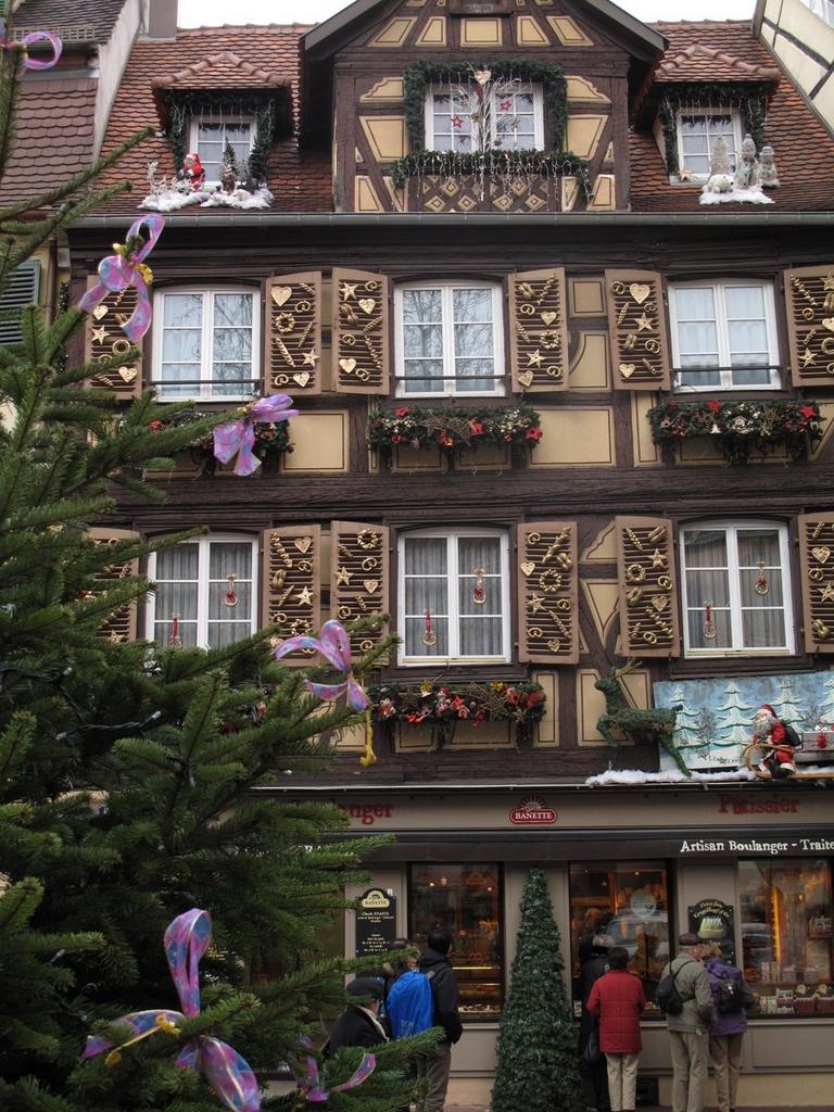 Façade d'une boulangerie décorée place Jeanne d'Arc