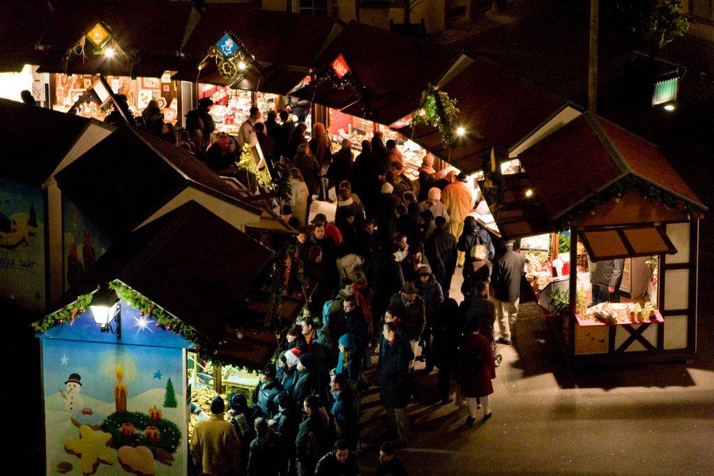 Ambiance nocturne sur un marché de Noël, place de l'Ancienne Douane