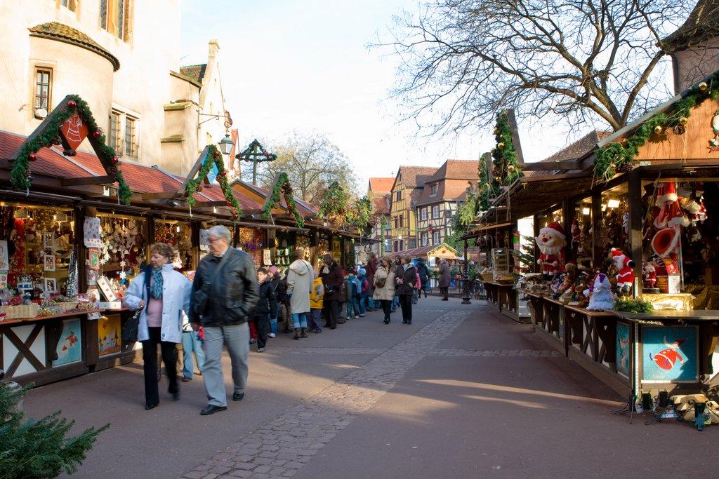 Ambiance sur un marché de Noël, place de l'Ancienne Douane