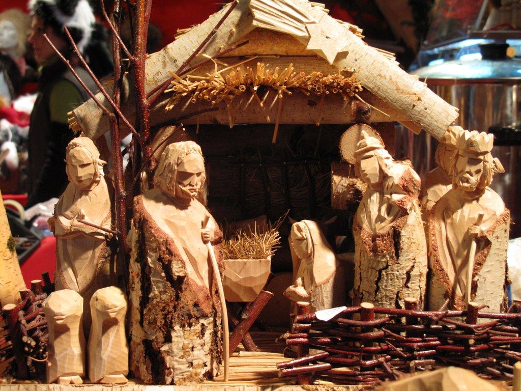 Crèche en bois au marché de Noël de la place de l'Ancienne Douane