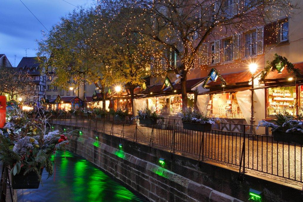 Illuminations du marché de Noël de la place de l'Ancienne Douane