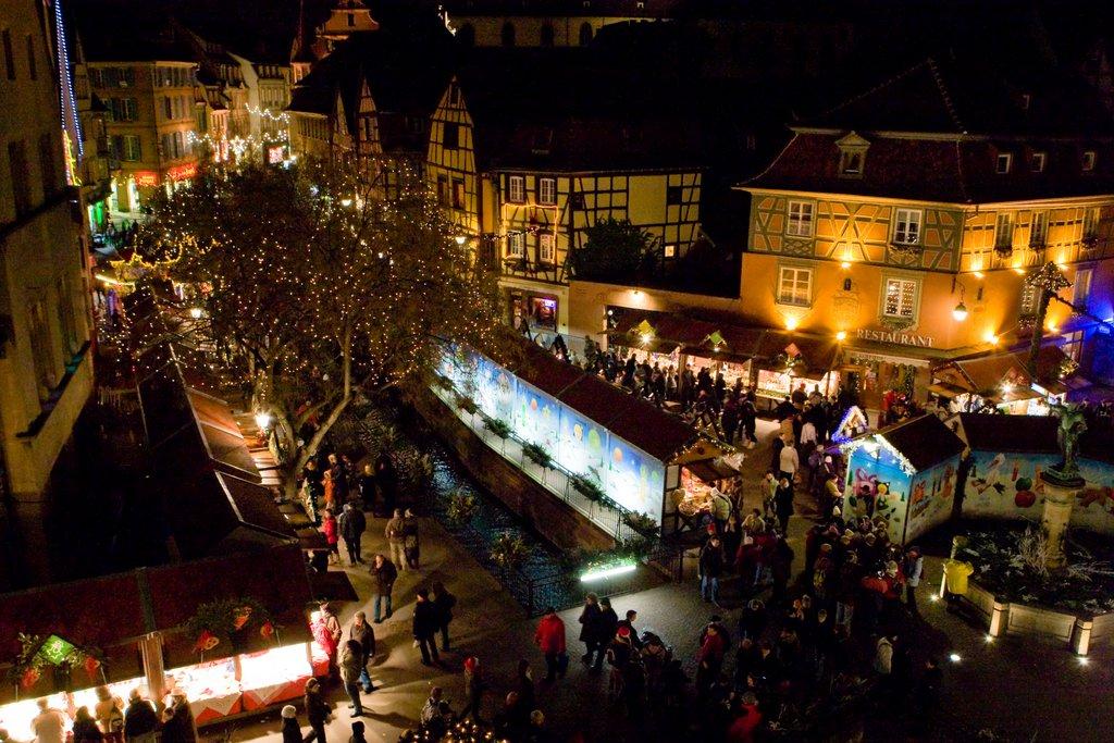Vue aérienne d'un marché de Noël illuminé, place de l'Ancienne Douane