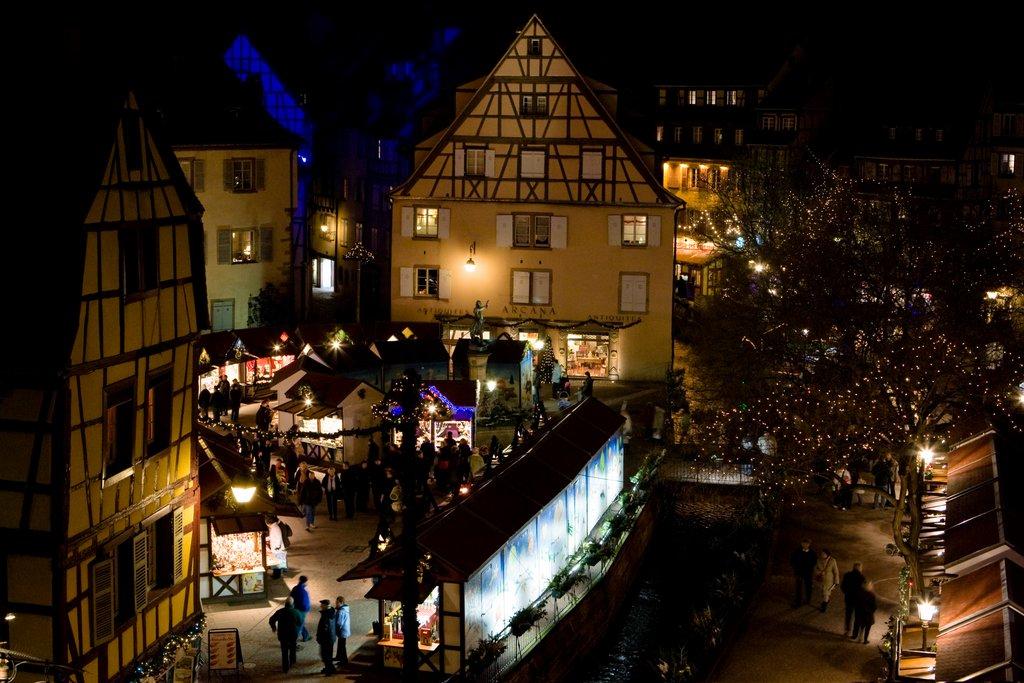 Vue aérienne du marché de Noël illuminé, place de l'Ancienne Douane