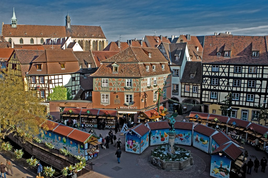 Vue aérienne du marché de Noël, place de l'Ancienne Douane