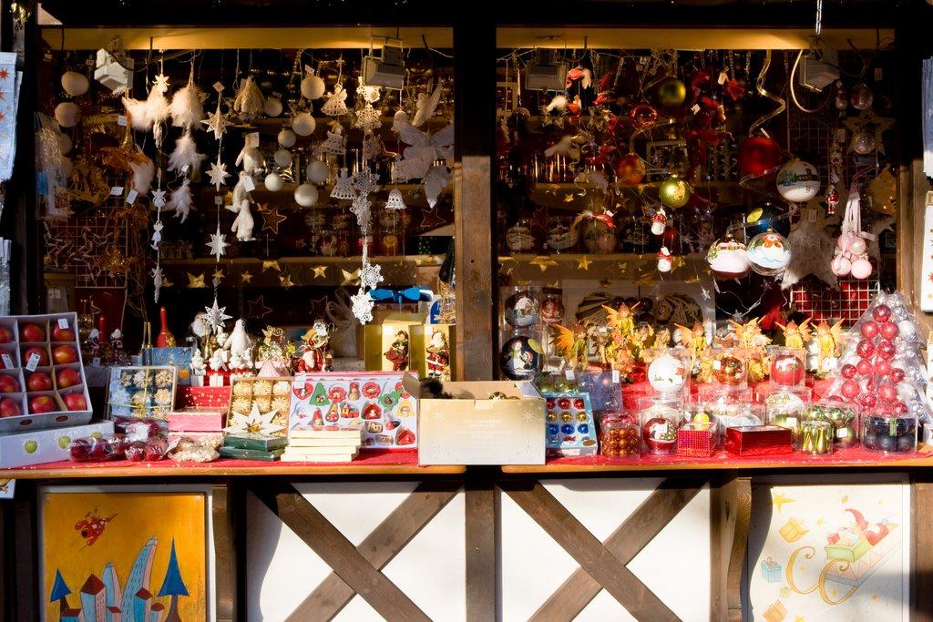 Stand sur un marché de Noël, place de l'Ancienne Douane