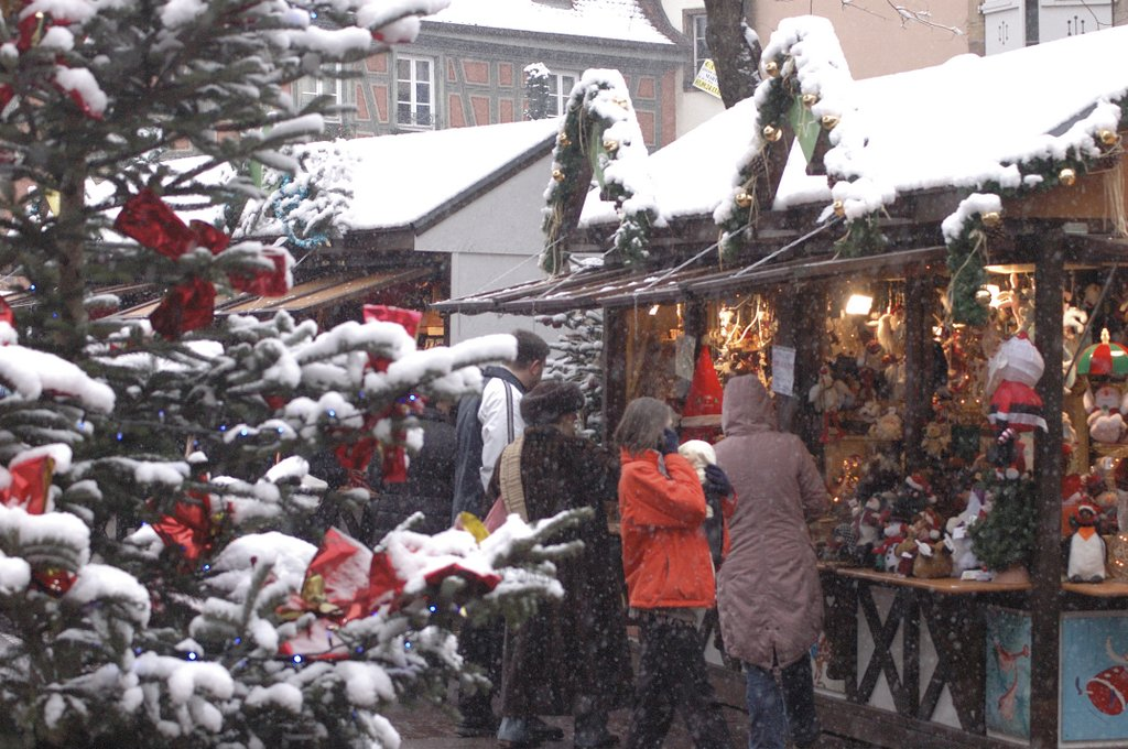 Marché de Noël sous la neige, place de l'Ancienne Douane