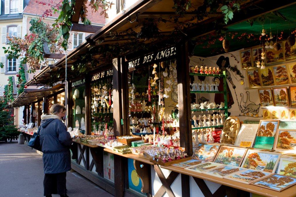 Stands sur un marché de Noël, place de l'Ancienne Douane