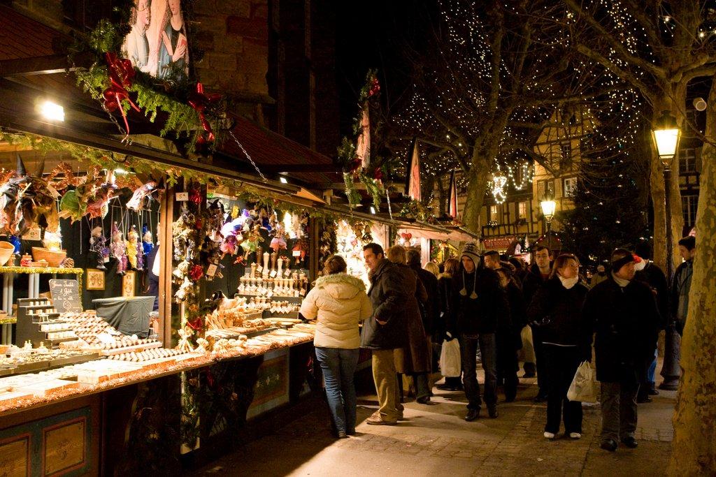 Ambiance nocturne sur un marché de Noël, place des Dominicains