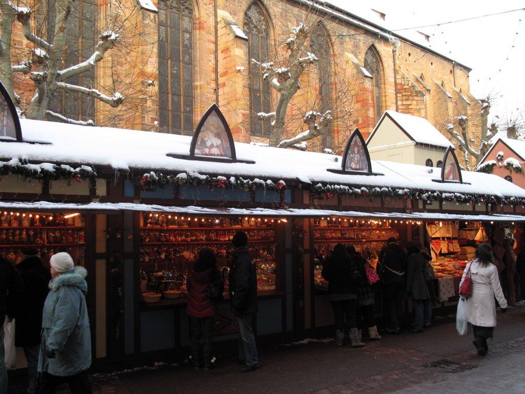 Stands sur un marché de Noël, place des Dominicains