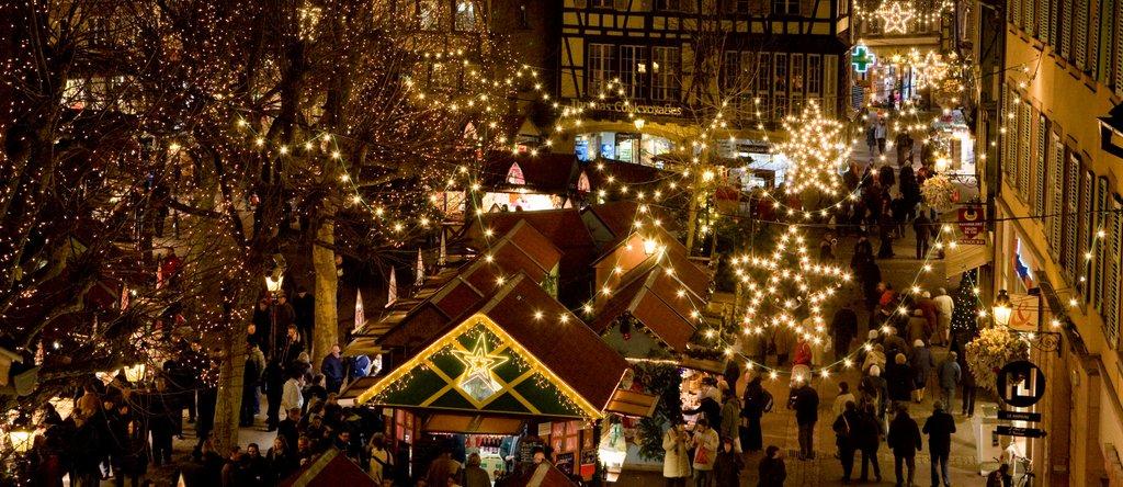 Vue aérienne du marché de Noël illuminé, place des Dominicains