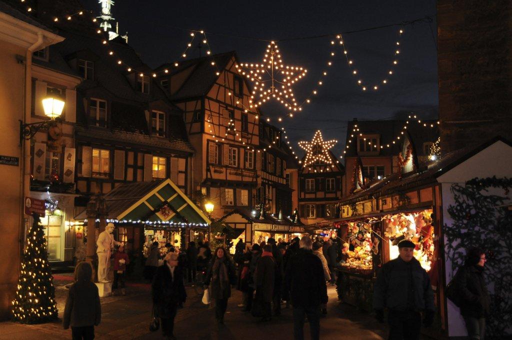 Marché de Noël illuminé, place des Dominicains