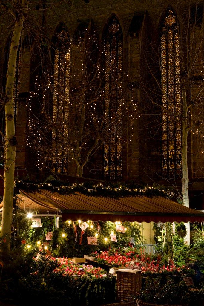 Stand du marché de Noël et église des Dominicains, place des Dominicains