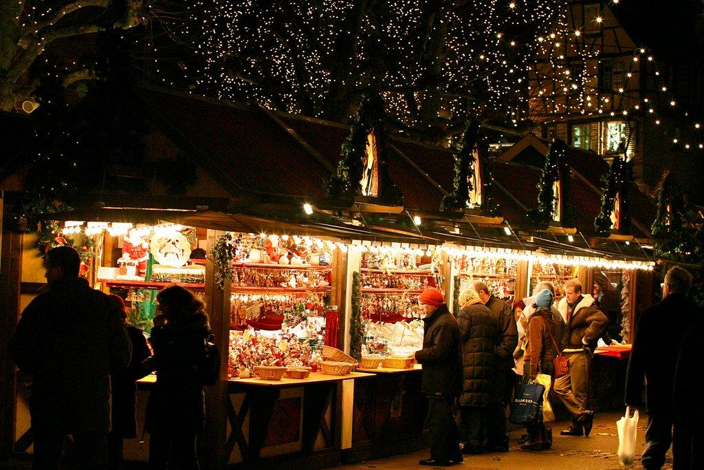 Stand sur un marché de Noël de nuit, place des Dominicains