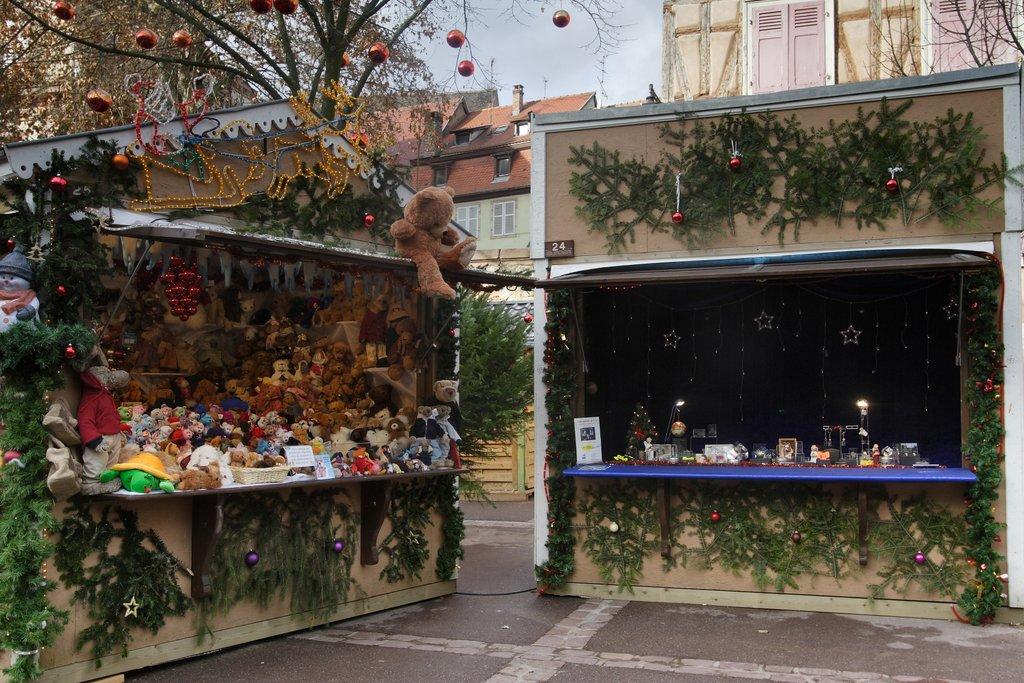 Stands au marché de Noël des Enfants, place des Six Montagnes Noires