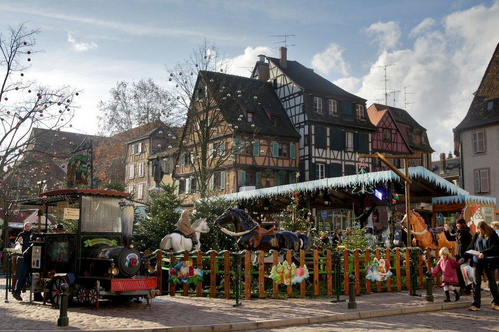 Manège au marché de Noël des Enfants, place des Six Montagnes Noires