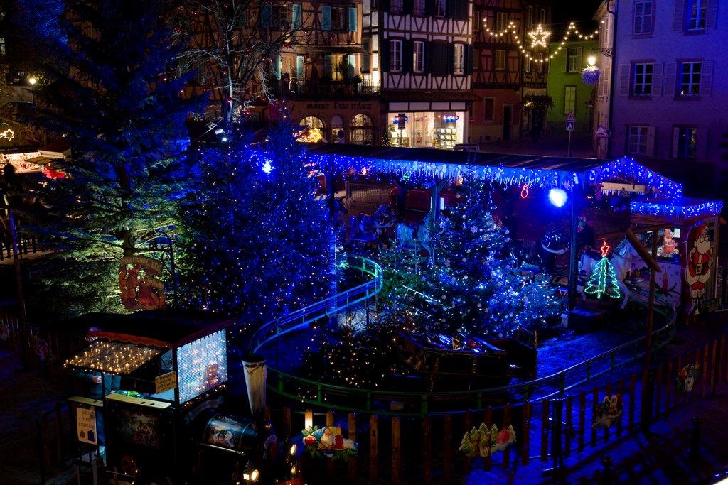 Manège illuminé au marché de Noël des Enfants, place des Six Montagnes Noires