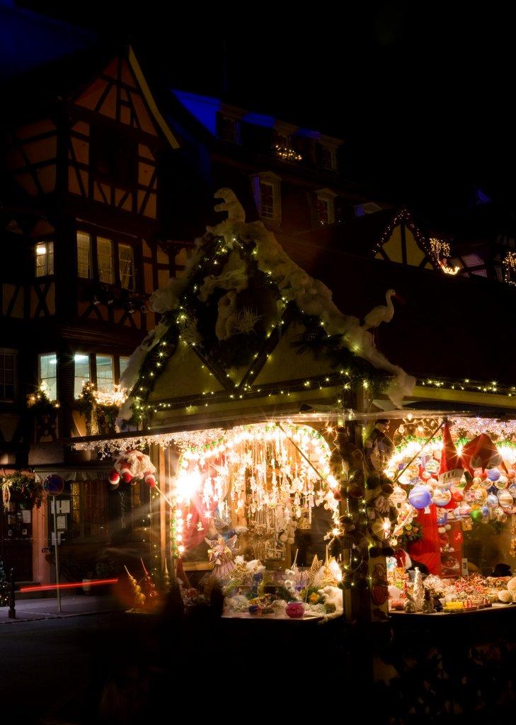 Vue nocturne d'un stand sur le marché de Noël de la place Jeanne d'Arc