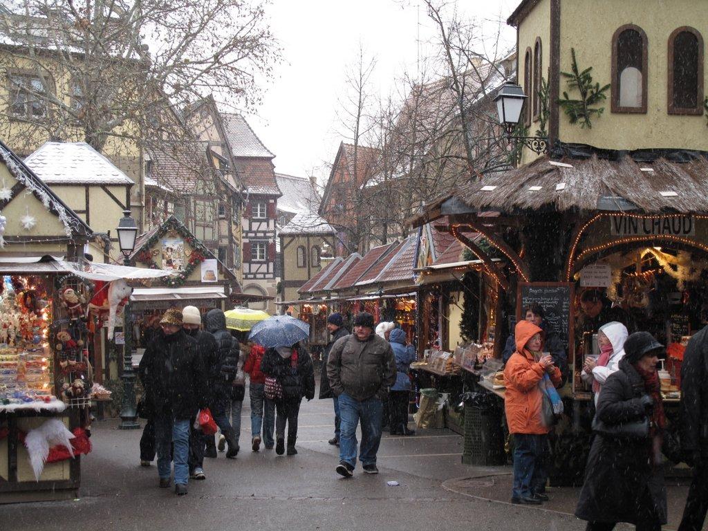 Marché de Noël sous la neige, place Jeanne d'Arc