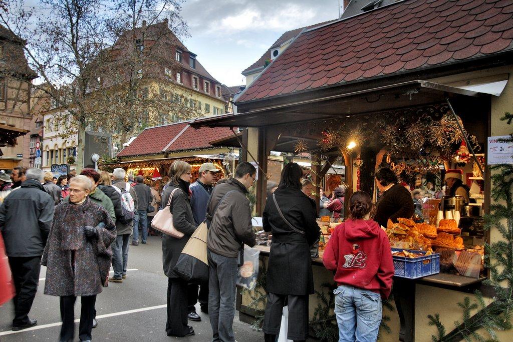 Ambiance sur le marché de Noël de la place Jeanne d'Arc