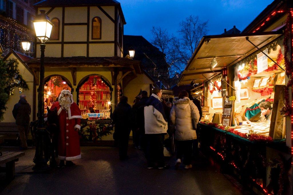 Ambiance nocturne sur un marché de Noël, place Jeanne d'Arc