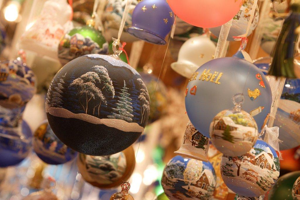 Détail d'un stand sur un marché de Noël, place de l'Ancienne Douane