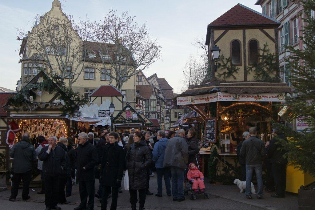 Ambiance sur un marché de Noël, place Jeanne d'Arc