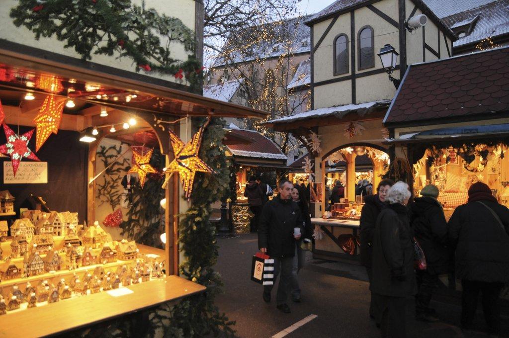 Stands sur le marché de Noël de la place Jeanne d'Arc