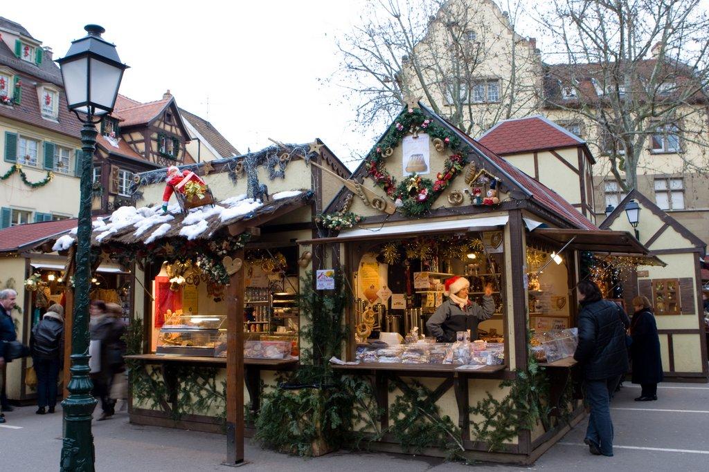 Stands sur un marché de Noël, place Jeanne d'Arc