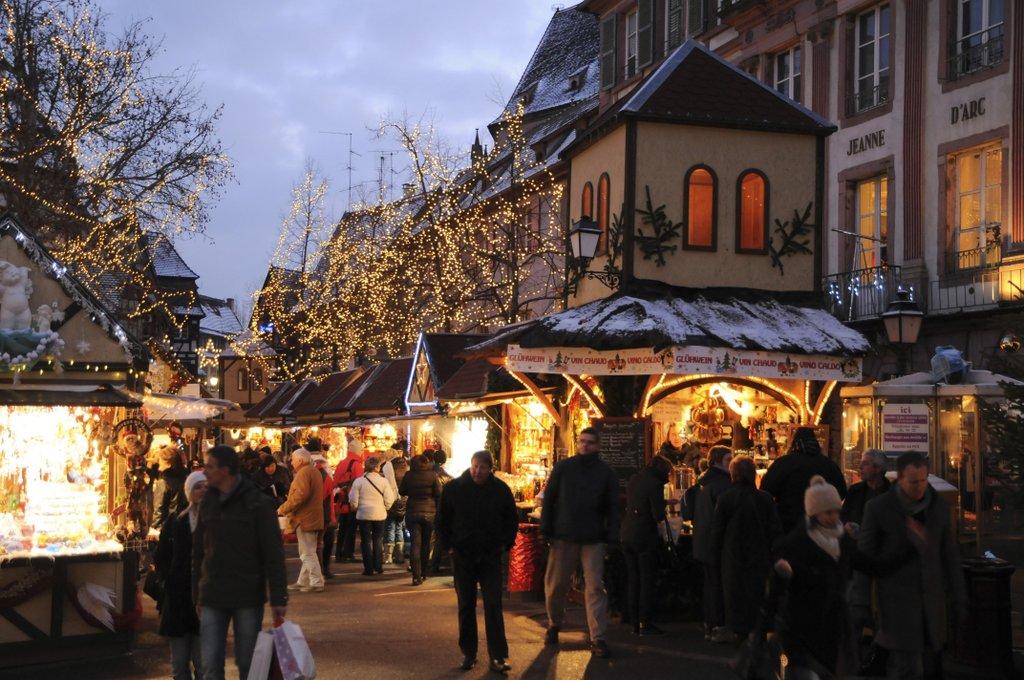 Ambiance sur un marché de Noël illuminé, place Jeanne d'Arc
