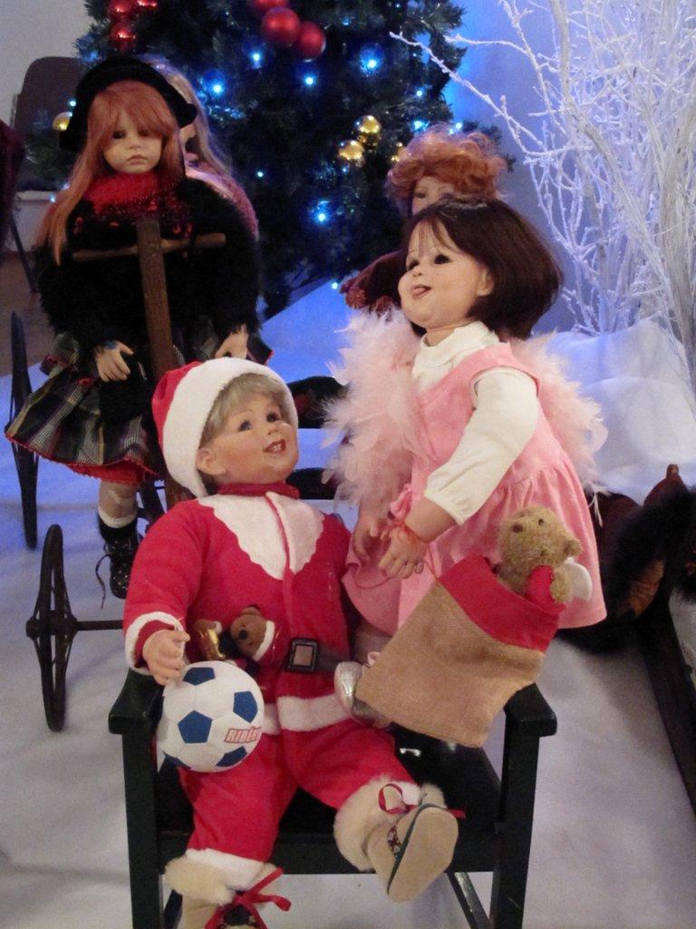 Poupées décorant l'entrée du marché de Noël du Koïfhus