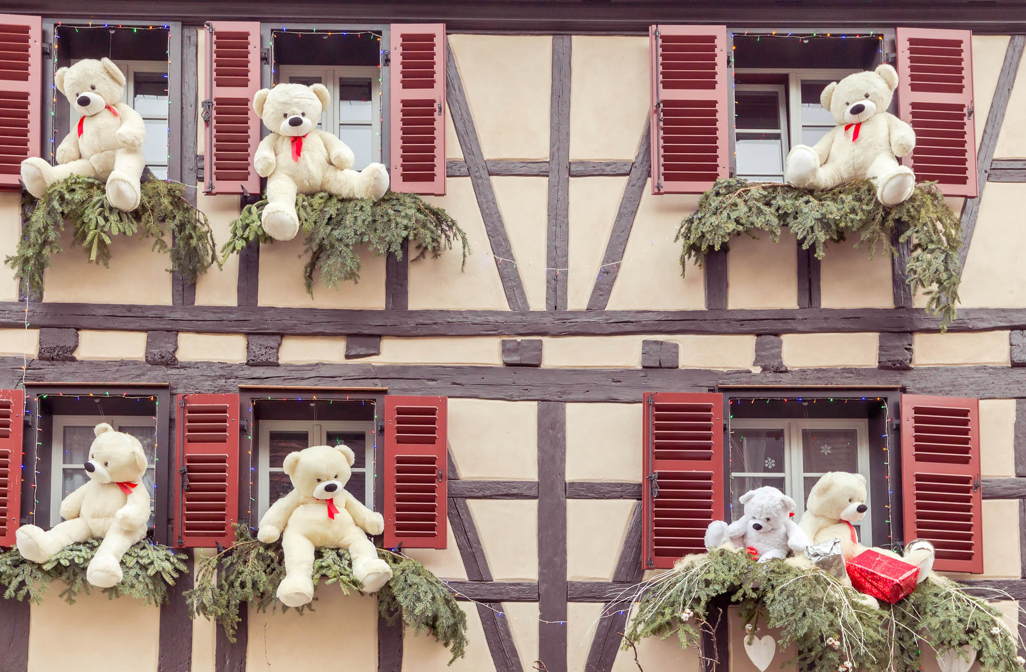 Noel_colmar_decorations_grand_rue_photo_AdobeStock_pillerss